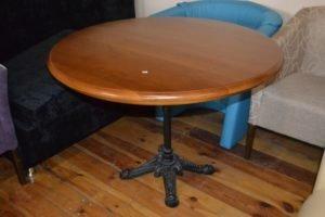 Круглий стіл із масиву на кованій нозі, у наявності-0